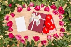 Fleur fraîche de rose de rose et coeur rouge sur la plate-forme en bois Pour l'amour ou Photographie stock