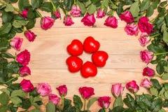 Fleur fraîche de rose de rose et coeur rouge sur la plate-forme en bois Pour l'amour ou Photos stock