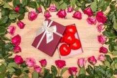 Fleur fraîche de rose de rose et coeur rouge sur la plate-forme en bois Pour l'amour ou Photo libre de droits