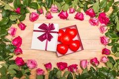 Fleur fraîche de rose de rose et coeur rouge sur la plate-forme en bois Pour l'amour ou Photo stock