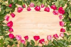 Fleur fraîche de rose de rose sur la plate-forme en bois Pour l'amour ou le Saint Valentin Photo libre de droits