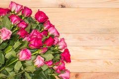 Fleur fraîche de rose de rose sur la plate-forme en bois Pour l'amour ou le Saint Valentin Image stock
