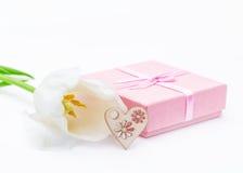 Fleur fraîche de tulipe et coeur décoratif de bois Images libres de droits