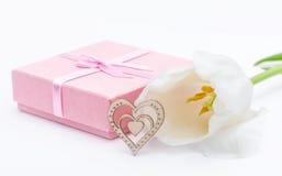 Fleur fraîche de tulipe et coeur décoratif de bois Photographie stock libre de droits