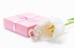 Fleur fraîche de tulipe et coeur décoratif de bois Image stock