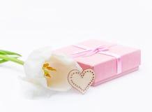 Fleur fraîche de tulipe et coeur décoratif de bois et de cadeau Image libre de droits