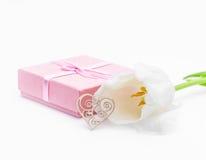 Fleur fraîche de tulipe et coeur décoratif de bois et de cadeau Images libres de droits