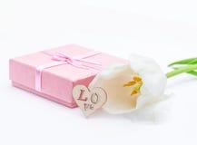 Fleur fraîche de tulipe et coeur décoratif de bois et de cadeau Photo libre de droits