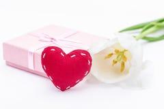 Fleur fraîche de tulipe et coeur et cadeau rouges de tissu Image libre de droits