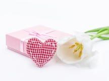 Fleur fraîche de tulipe et textile, coeur de tissu et cadeau à carreaux rouges Images libres de droits