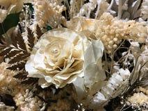 Fleur jaune dans le mail Images stock