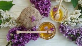 Fleur lilas naturelle organique de miel sur le fond en bois savoureux banque de vidéos