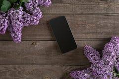 Fleur lilas sur le fond en bois rustique, futé avec l'espace vide pour le message de salutation Vue supérieure Image stock