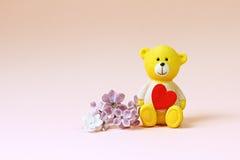 Fleur mignonne d'ours et de lilas Fond pour le valentine Photographie stock libre de droits
