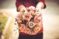 Fleur rose d'amour de fleur de prise de main de femmes de plan rapproché Photos libres de droits