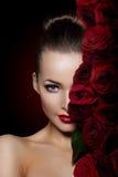 Fleur rose de belle femme modèle dans le maquillage de salon de beauté de cheveux Photographie stock