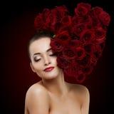 Fleur rose de belle femme modèle dans le salon de beauté de forme de coeur de cheveux Images libres de droits
