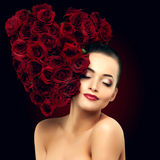 Fleur rose de belle femme modèle dans le sel de beauté de forme de coeur de cheveux Photographie stock libre de droits