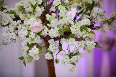 Fleur rose en tant qu'élément d'un groupe sur un arbre Image stock