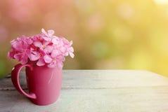 Fleur rose en verre sur la table en bois blanche, fond de ressort de nature Image stock