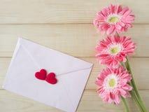 Fleur rose et enveloppe rose 1 Photos libres de droits