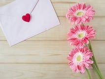 Fleur rose et enveloppe rose 4 Image libre de droits