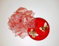 Fleur rose faite de boucles d'oreille fabriqu?es ? la main de tissu et d'or photos libres de droits