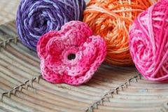 Fleur rose faite main de crochet avec l'écheveau coloré Photographie stock libre de droits