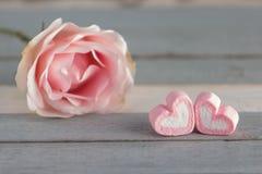 Fleur rose sur la table Photo libre de droits