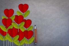 Fleur rouge de coeur sur le fond en cuir gris photo libre de droits