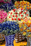 Fleur sèche colorée et vase tricoté Photo stock