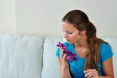 Fleur sentante de femme Images stock