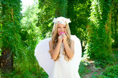 Fleur sentante de roses de fille d'enfants d'ange Images stock