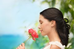 Fleur sentante de sourire de femme Photos stock