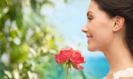Fleur sentante de sourire de femme image libre de droits