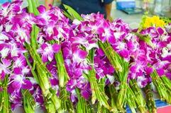 Fleur violette d'orchidée pour la statue de Bouddha de respect dans le temple Thaïlande photo stock