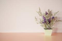 Fleur violette dans le pot Photo libre de droits