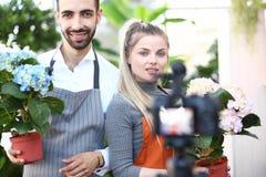 Fleur Vlog d'enregistrement d'homme et de femme à la caméra photographie stock