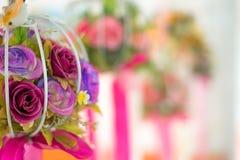 Fleurissez accrocher mobile artificiel sur l'éclairage brouillé et de bokeh de réflexion des lumières décorant Nouvelles années e Photo libre de droits