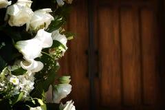 Fleurissez avec les trappes d'église avant un mariage Photographie stock