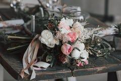 Fleurissez la composition avec les roses blanches et roses et d'autres fleurs sur une table rustique dessin-modèle Photos libres de droits