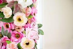 Fleurissez la couleur rose et blanche de décoration de mariage sur le fond de vintage photos stock
