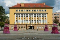 Fleurissez la décoration devant l'immeuble de banque et de bureaux Images libres de droits