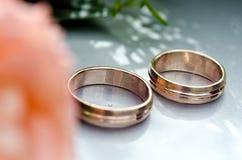 Fleurissez la décoration et un anneau réglé sur le capot gris de voiture de mariage Photographie stock libre de droits