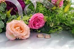 Fleurissez la décoration et un anneau réglé sur le capot gris de voiture de mariage Photos libres de droits