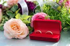 Fleurissez la décoration et un anneau réglé sur le capot gris de voiture de mariage Photographie stock