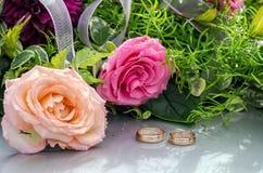 Fleurissez la décoration et un anneau réglé sur le capot gris de voiture de mariage Image stock