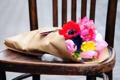 Fleurissez la disposition de mariage avec le ranunculus, méson pi, roses Photographie stock