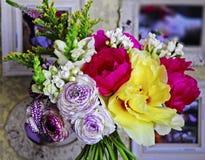 Fleurissez la disposition de mariage avec le ranunculus, méson pi, roses Photo stock