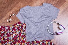 Fleurissez la jupe, le T-shirt, les écouteurs et les verres Images libres de droits